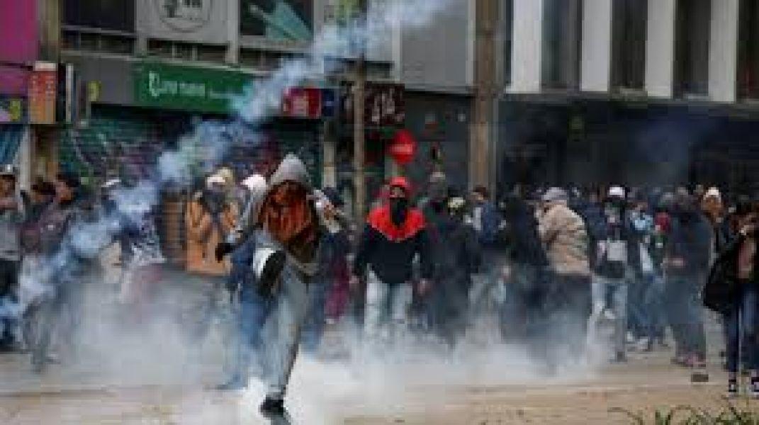 La Policía de Colombia interrumpió el cacerolazo en la plaza central de Bogotá y dispersó a los congregados con gases lacrimógenos.