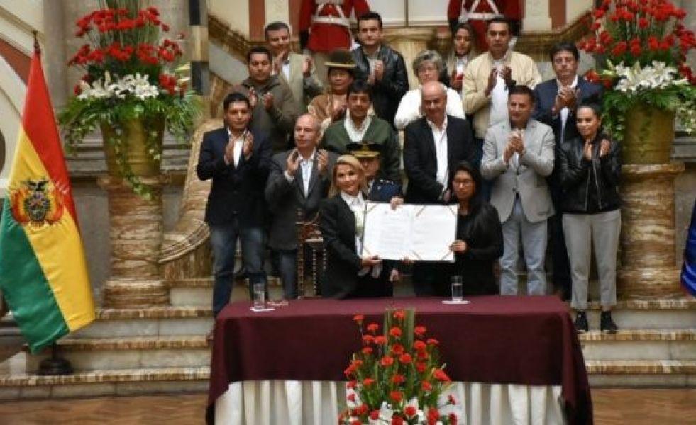 El Gobierno autoproclamado de Bolivia promulgó la ley de urgencia para convocar a nuevos comicios en la cual participará el MAS.