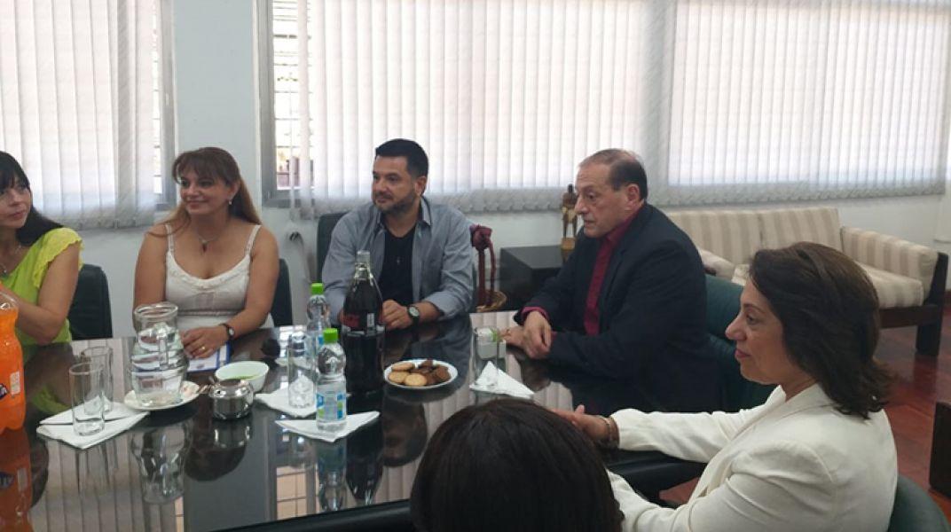 El folclorista en una de las reuniones con el rector Víctor Claros y otras autoridades de la UNSa.