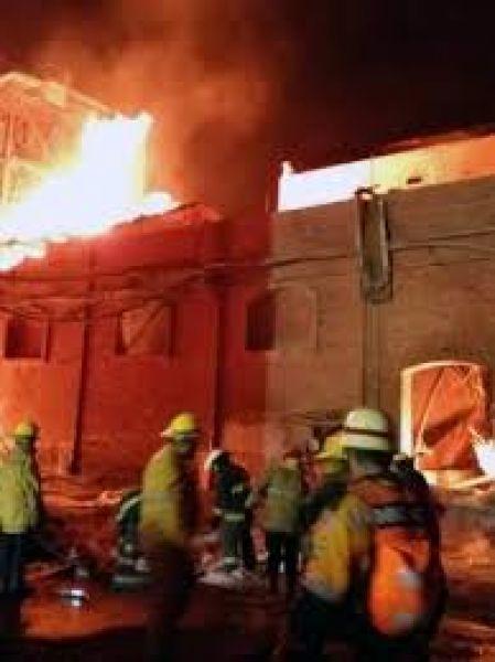 Los bomberos colaboraron en apagar el voraz incendio de ingenio La Esperanza en San Pedro de Jujuy.