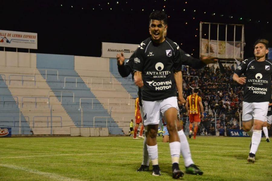 Ronaldo Martínez fue tentado por equipos de su país.
