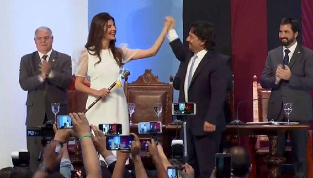 El gobernador Gustavo Sáenz le hizo entrega del bastón municipal a Bettina Romero, la primera mujer intendenta de la capital salteña.