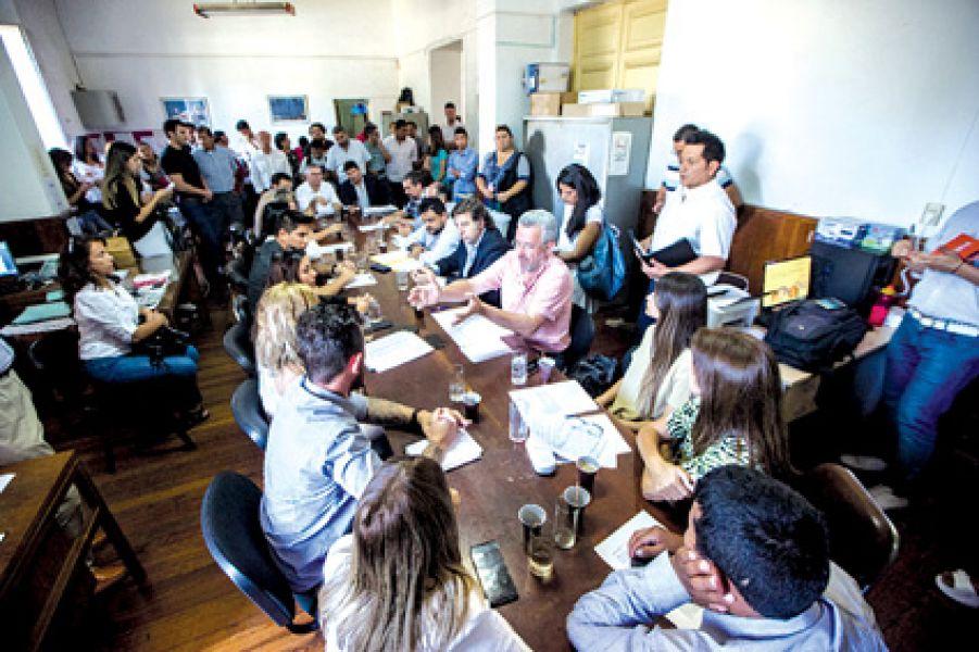 Estudiantes de la Universidad Católica con diputados acordaron solicitar una reunión para el 17 de diciembre con la UCASAL.