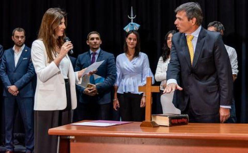 La intendenta Bettina Romero le tomó juramento.