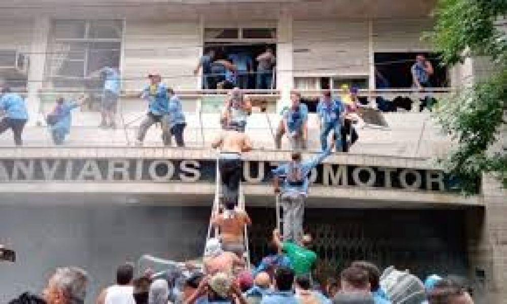 Un grupo de choferes en el techo, provocaron disturbios en la sede de la (UTA)