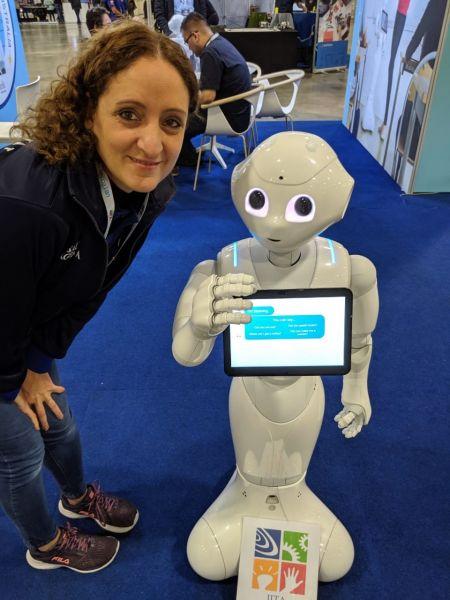 Cecilia Budeguer junto a Robot asistente de Hogar,  en su recorrido por la Universidad de Sydney.