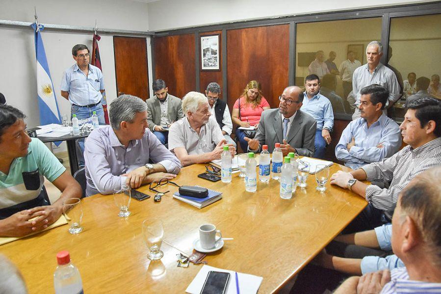 Sergio Camacho con nueve intendentes. Para el ministro los trabajos deben responder a las necesidades de la gente.