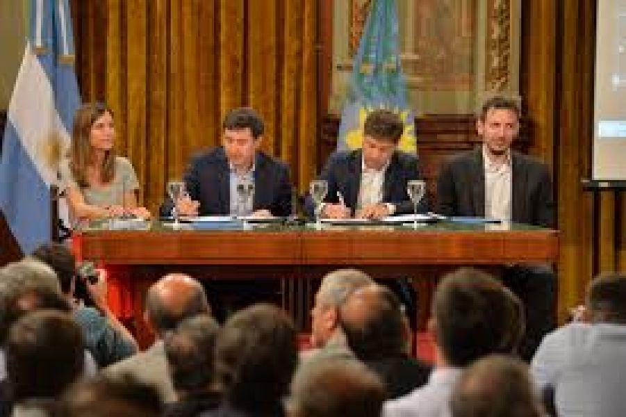 Axel Kicillof, firmando el convenio de Argentina contra el hambre, en la provincia de Buenos Aires.