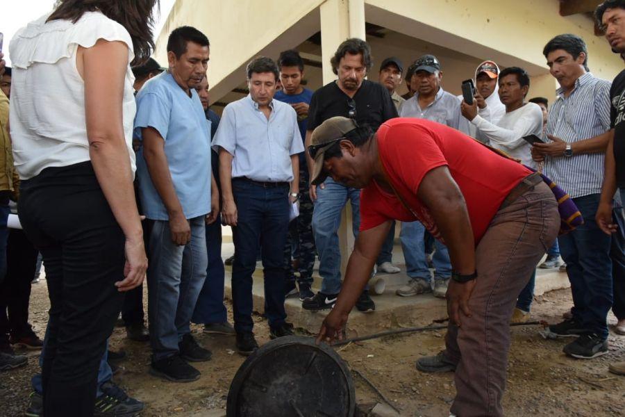 """Arroyo y Sáenz en paraje La Puntana. """"Que no se mueran más chicos por hambre o desnutrición ese es el objetivo"""", sostuvo el Gobernador."""