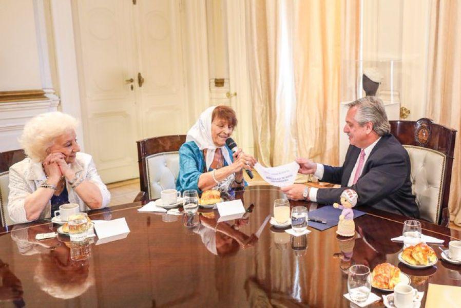 """""""Macri fue el único gobierno en democracia que usó la Justicia para """"perseguir opositores y encarcelarlos"""", dijo Fernández a las Madres."""