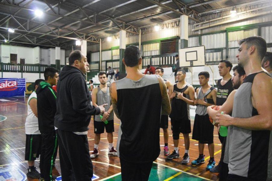 Ricardo De Cecco, en la charla técnica con sus jugadores.