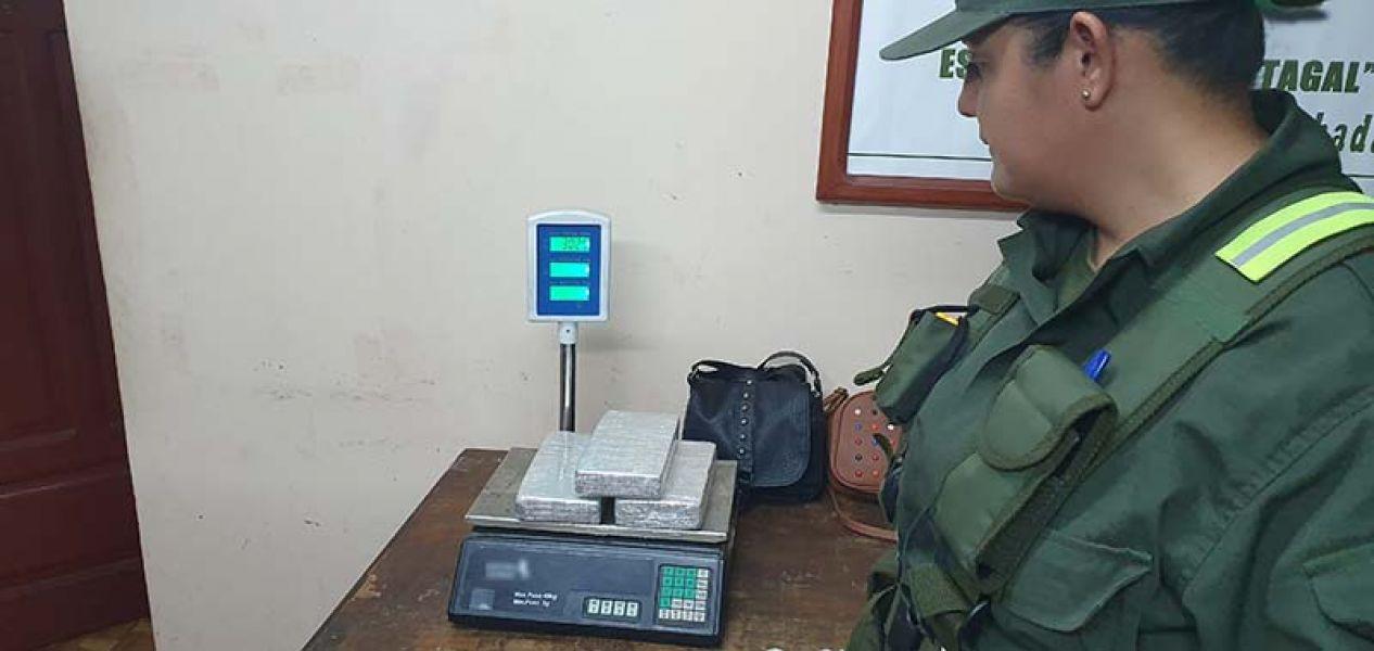 El pesaje de la cocaína incautada de las carteras, dio 3 kilos. Ahora las dos mujeres están detenidas.