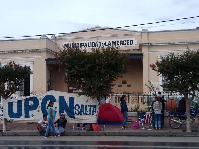 Desde el lunes los trabajadores despedidos se manifiestan frente a la Municipalidad.