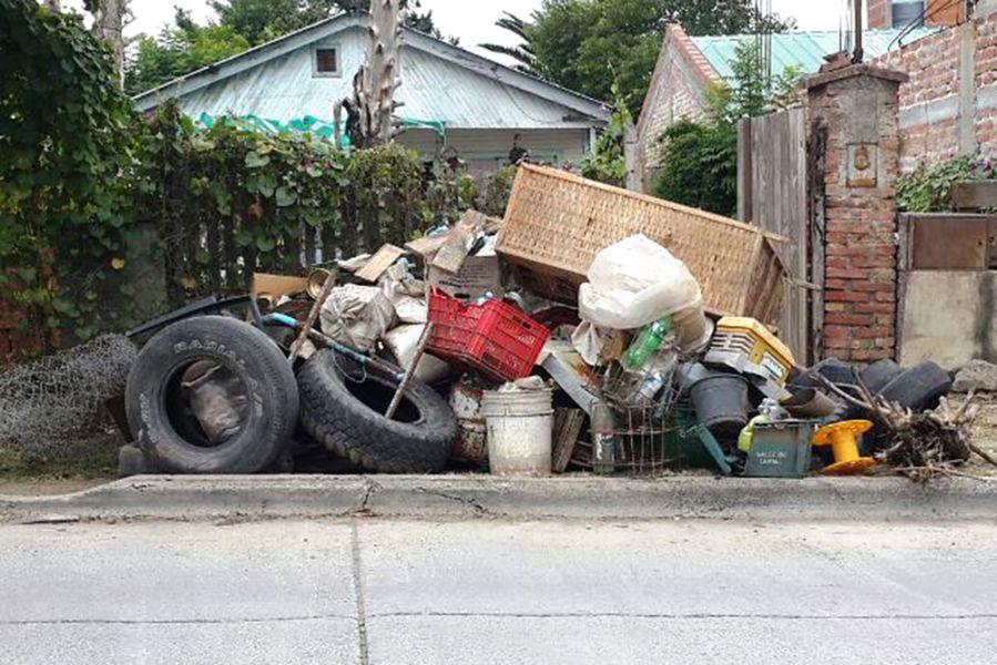 Se recomienda a los vecinos sacar a la vereda para ser recogidos y así eliminar los cacharros acumulados en los patios de las casas.