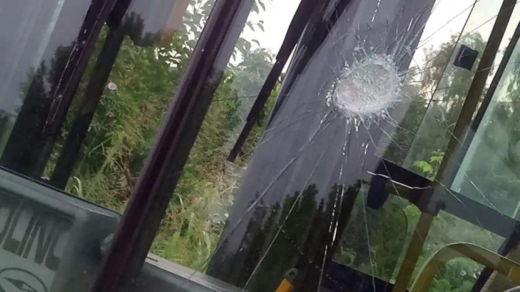 Rompieron una ventanilla y dañaron la carrocería de colectivos de SAETA a pocas cuadras de la línea de punta en barrio Castañares.