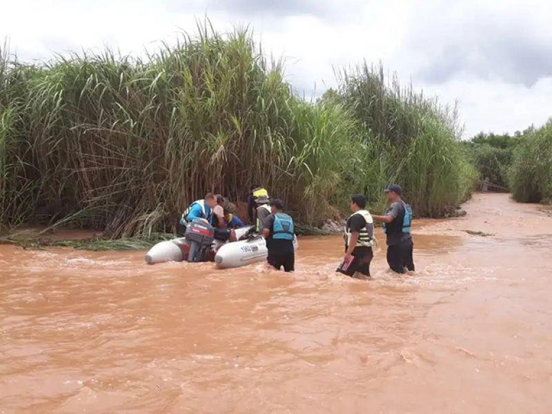 Policías de la División Lacustre y Fluvial, utilizando gomones y cuerdas lograron rescatar del río a dos jóvenes de 22 y 25 años.