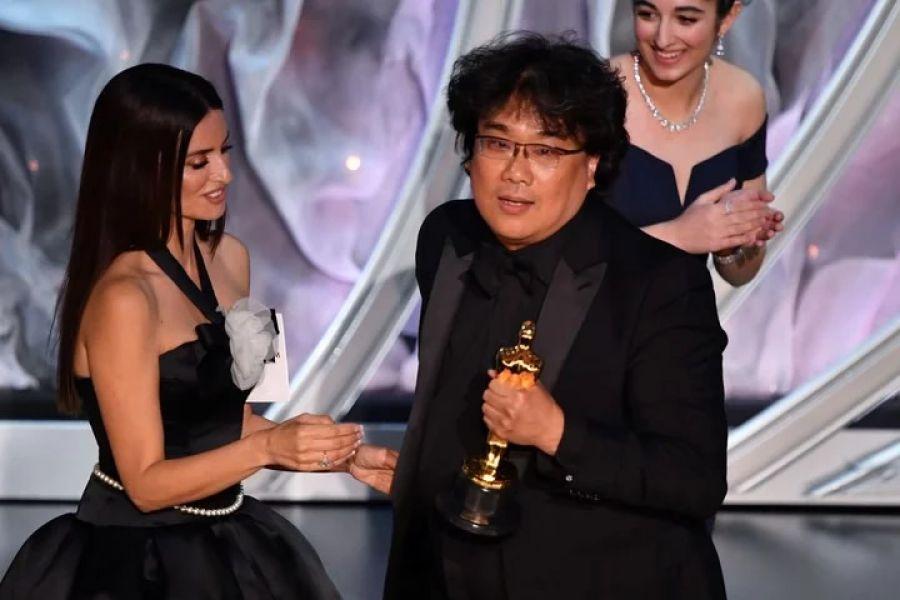 """Bong tiene su puño uno de sus cuatro premios Oscar por """"Parasite"""". Primera vez que una película de habla no inglesa ganó la estatuilla al mejor filme."""
