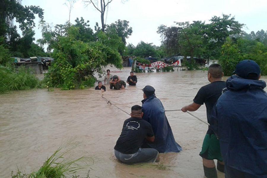 Efectivos policiales auxiliaron a familias de Orán cuyas viviendas fueron anegadas por la crecida del río Blanco, a raíz de las intensas lluvias.