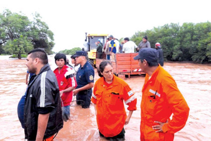 Evacuados, daños en viviendas y corte de ruta provocó la crecida del río Dorado en Anta. Hace casi una semana que no para de llover.