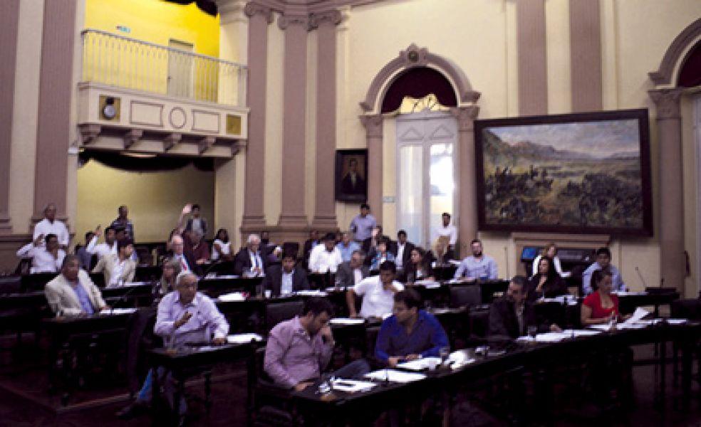 Las bancadas alineadas a Gustavo Sáenz hizo valer su mayoría, lograron reunir 31 votos a favor contra 16 votos en contra.