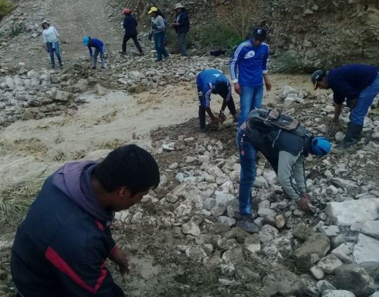 La familia de pequeños productores recomponen como pueden la ruta de la Quebrada del Toro. También llevan sus cosechas a pie hasta Quijano.
