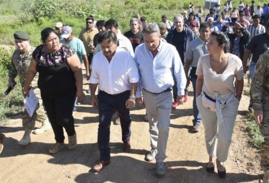 """Rossi y Sáenz en el paraje El Rosado de Santa Victoria Este. """"Por la emergencia el Ejército ya procesó alrededor de 800.000 litros de agua"""", indicó."""