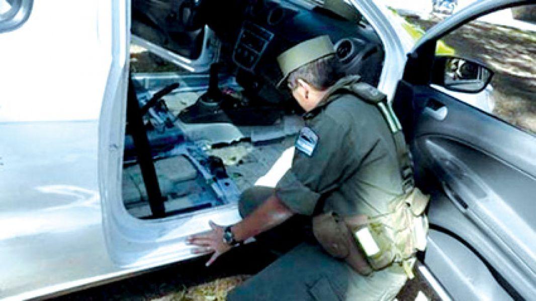 Los gendarmes hallaron la droga en el piso del auto que era conducido por la ex pareja de la mujer condenada a 5 años de prisión.