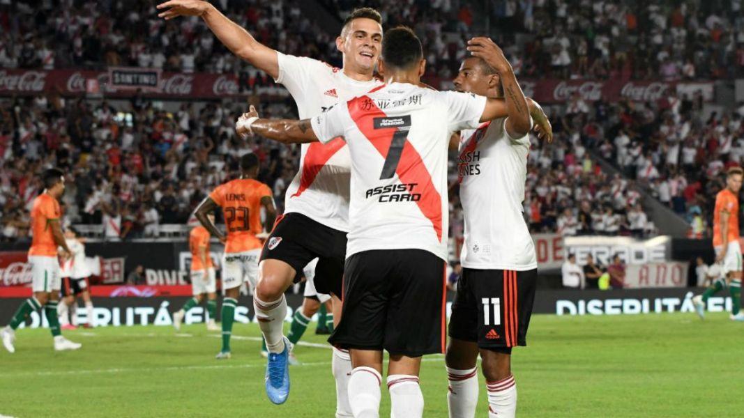 Todos abrazan a Matías Suárez, el autor del único gol de ayer en el Monumental.