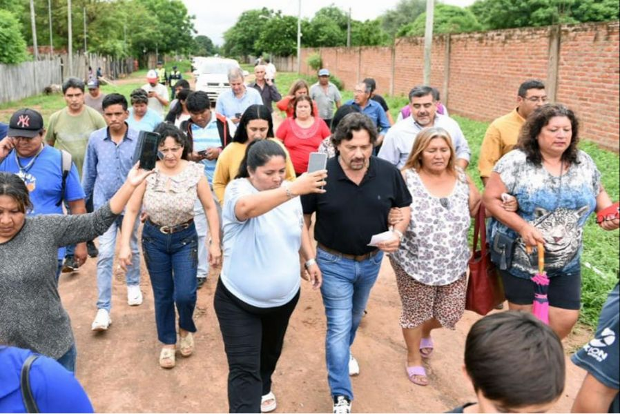 Gustavo Sáenz estuvo con vecinos de Coronel Cornejo y Ballivián en el norte provincial para escuchar sus demandas.