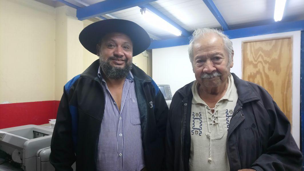 """Dalmacio Sandoval junto a su hijo. """"El amaranto ayuda a combatir la anemia y puede ser útil en la emergencia nutricional de los pueblos originarios""""."""