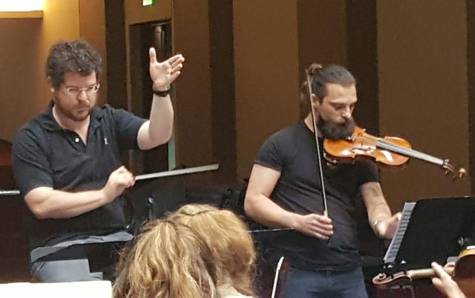 Noam Zur, en los ensayos de la Orquesta Sinfónica que se prepara para celebrar este 2020, los 20 años de su creación.