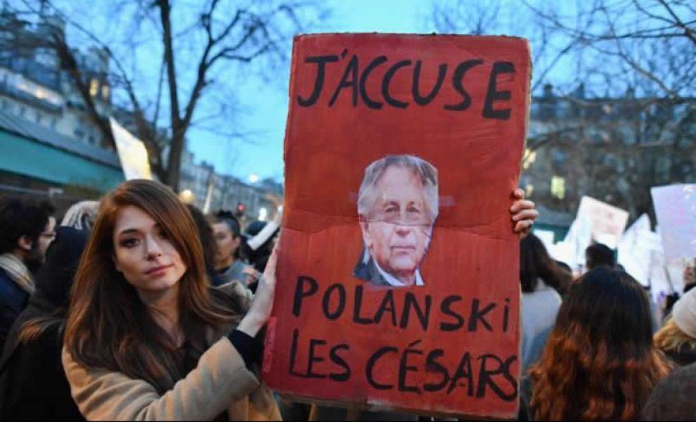 Una mujer en una de las marchas de mujeres en Francia, muestra una pancarta denunciando a Roman Polanski por el premio Cesar.