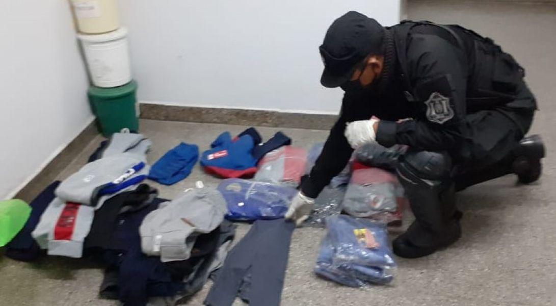 Uno de los detenidos atrapado en Villa El Sol, tenía 30 prendas de vestir que no puedo justificar su procedencia.