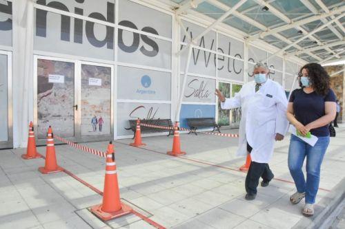 El ministro Juan José Esteban recorriendo el Centro para Recuperación COVID-19 del Centro de Convenciones de Limache.